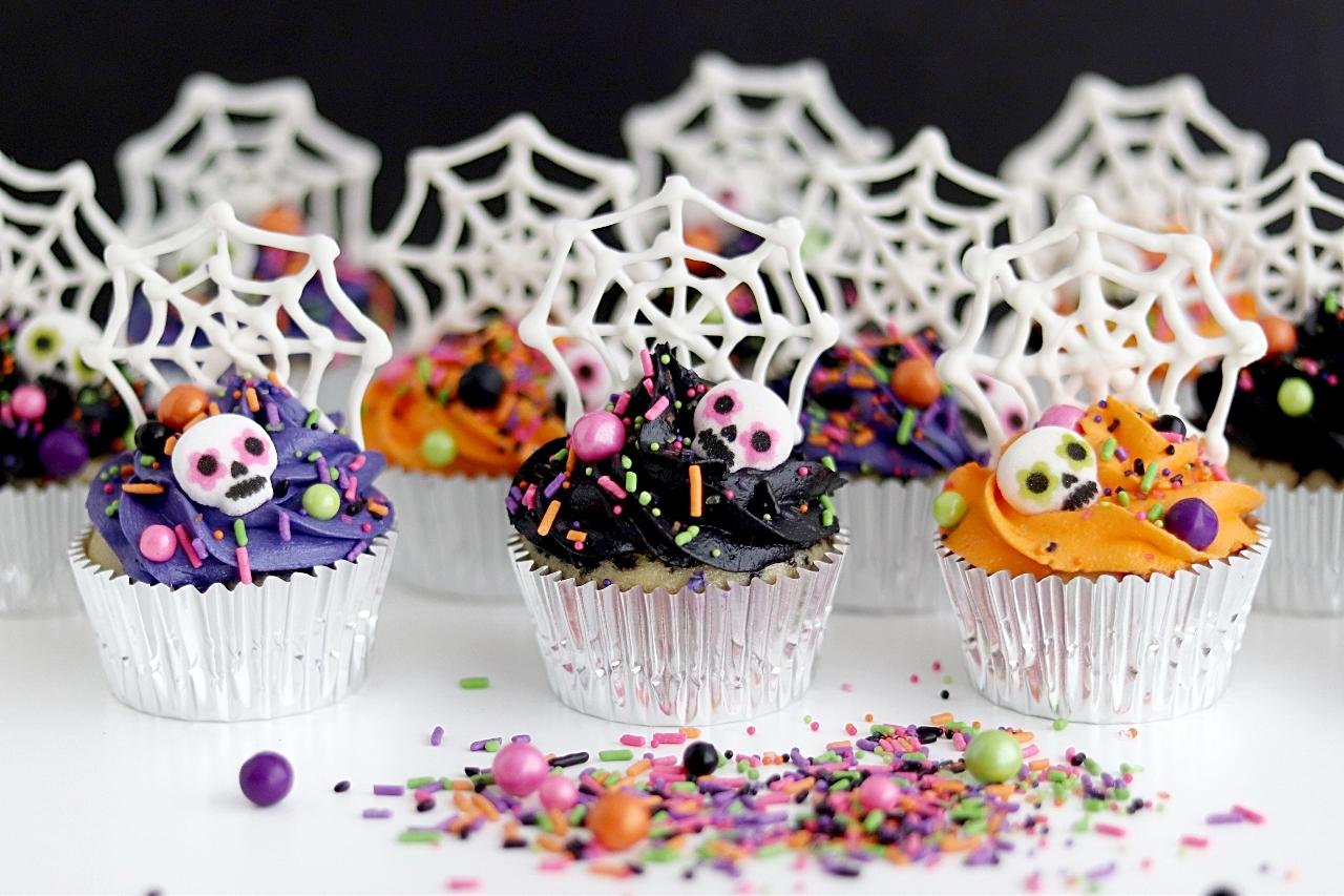 Dia De Los Muertos spiderweb Cupcake tutorial
