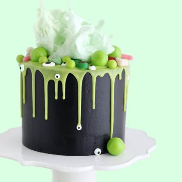halloween cauldron cake by sugar and sparrow